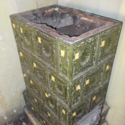 Starší sloupová kamna,částečně rozebraná